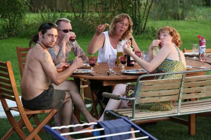 Essen mit Freunden im Garten - so schön!