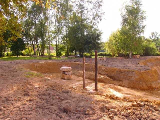 So, der Teich ist fertig - das Land ringsherum muss ausgeebnet und die Erde für die Saat vorbereitet werden