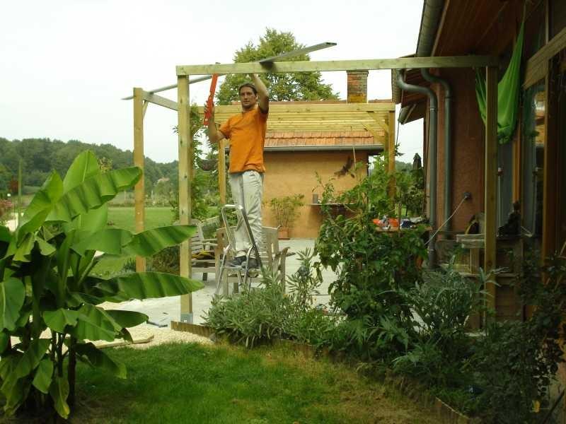 Bertrand hilft mir bei den Wegen, bei der Fertigstellung der Terrassenpergola und ...