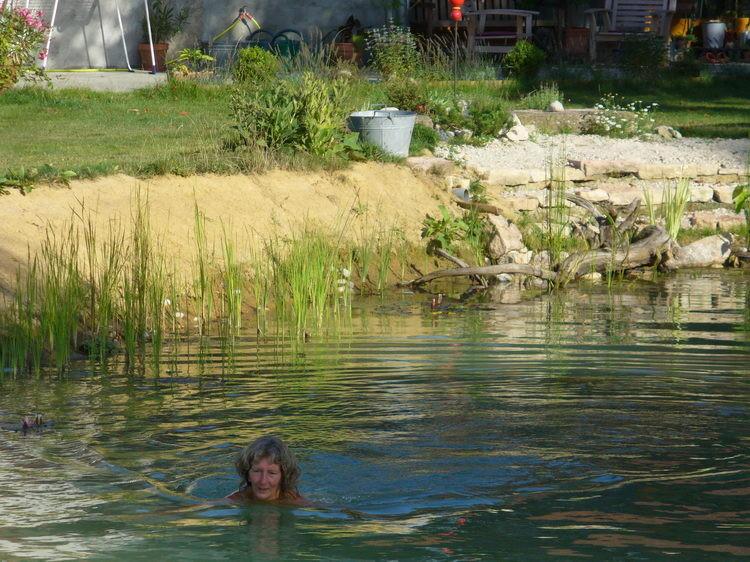 Henny geniesst das Bad im Schwimmteich