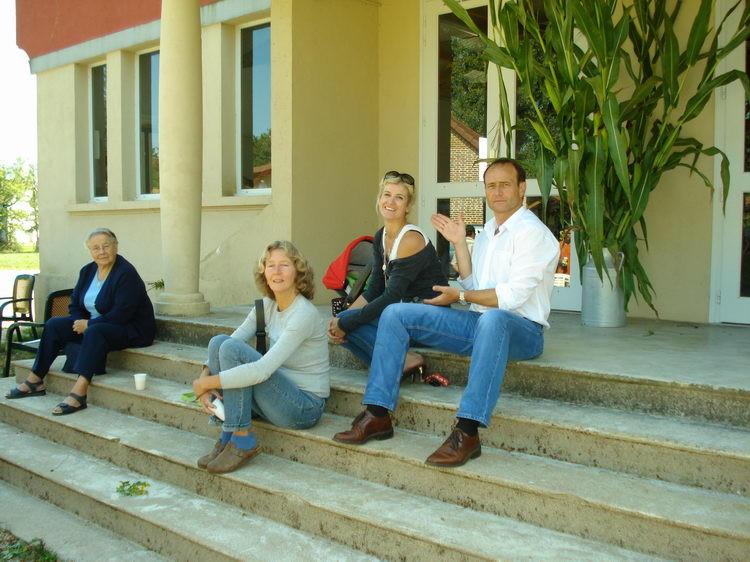 Marcel, Marie und Henny vor dem Gemeindesaal von La Chapelle-Thècle