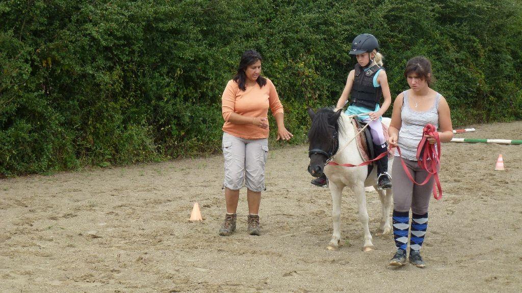 Das Pferd muss sich erst an das (Fliegen-)gewicht von Zora gewöhnen