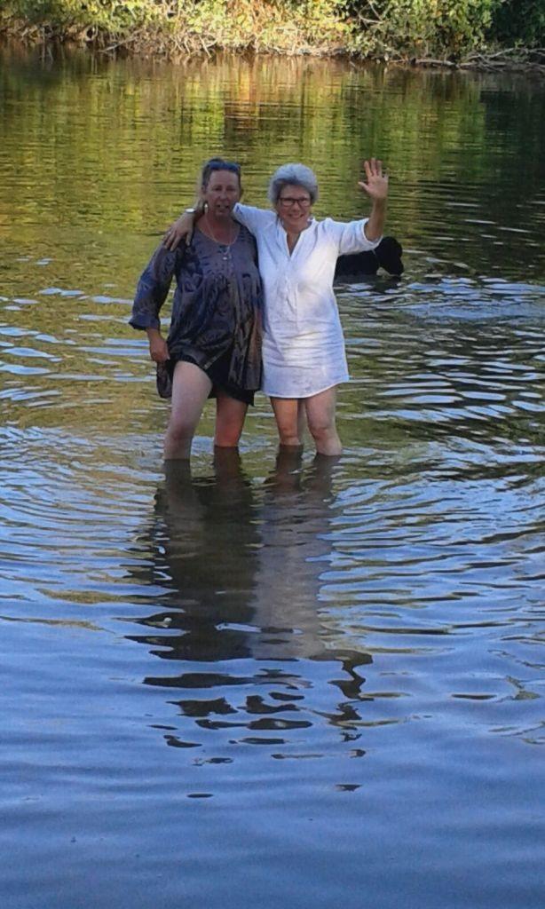 Kurze Abkühlung im seichten Teich