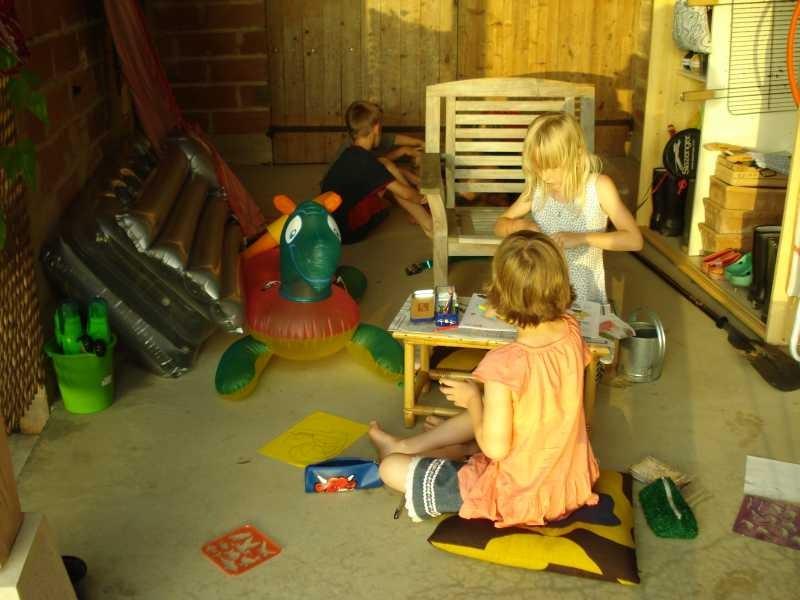 Die Kinder spielen unter dem grossen Dach