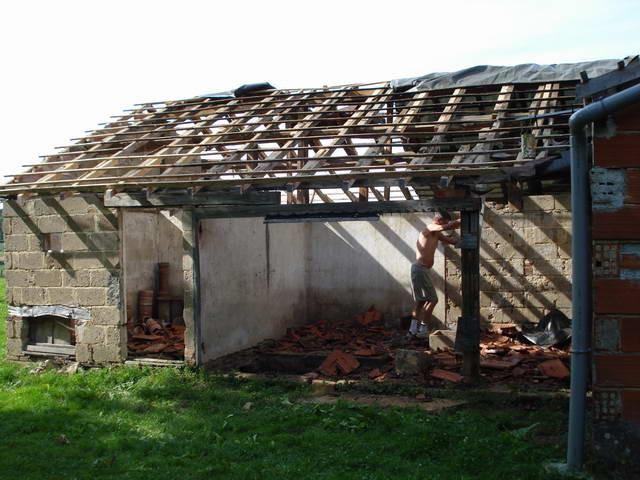 Wir trennen beim Abriss des Stalles alles Material - Ziegel, Holz und Steine