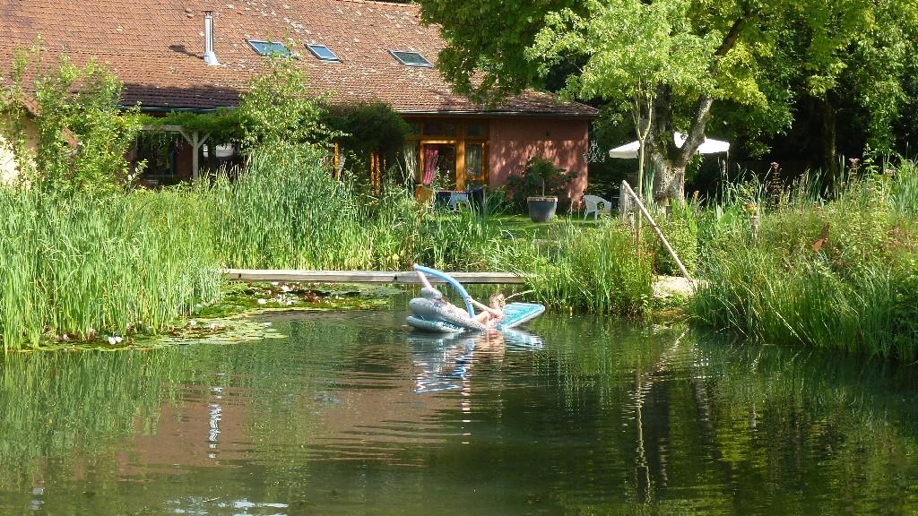 Bain et bateau sur l'étang