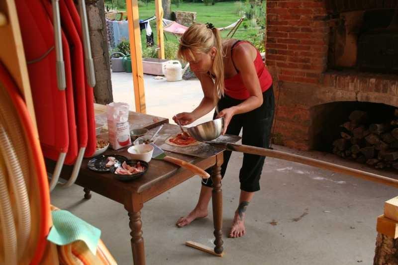 Andrea bereitet die Pizzas vor