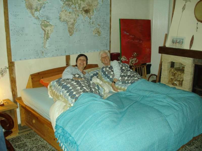 Mäggi und Andrea im grossen Bett im Salon
