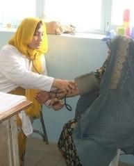 女性患者に寄り添う看護師さん