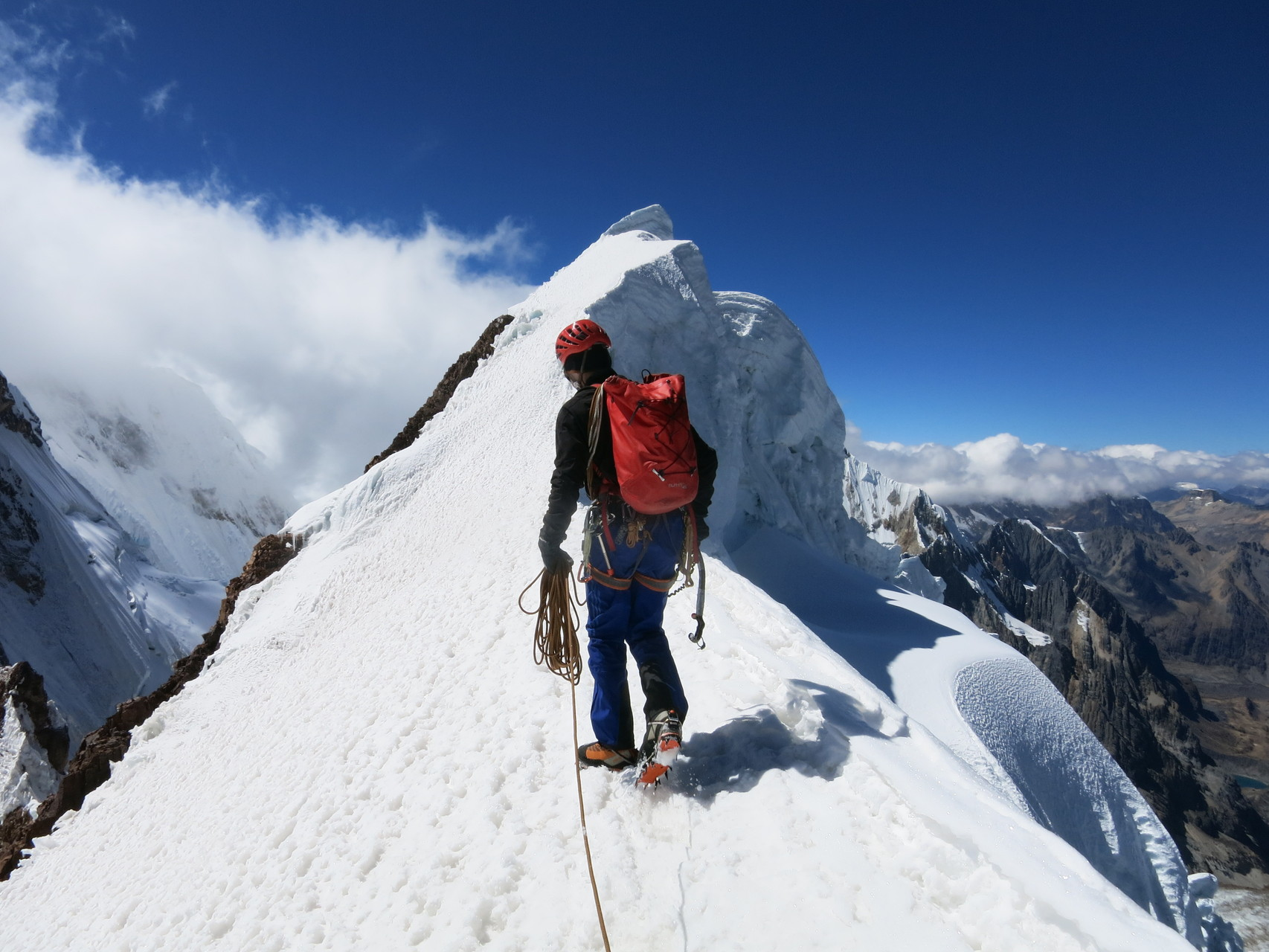 Auf dem Firngrat zum 5810m hohen Gipfel des Seria Norte