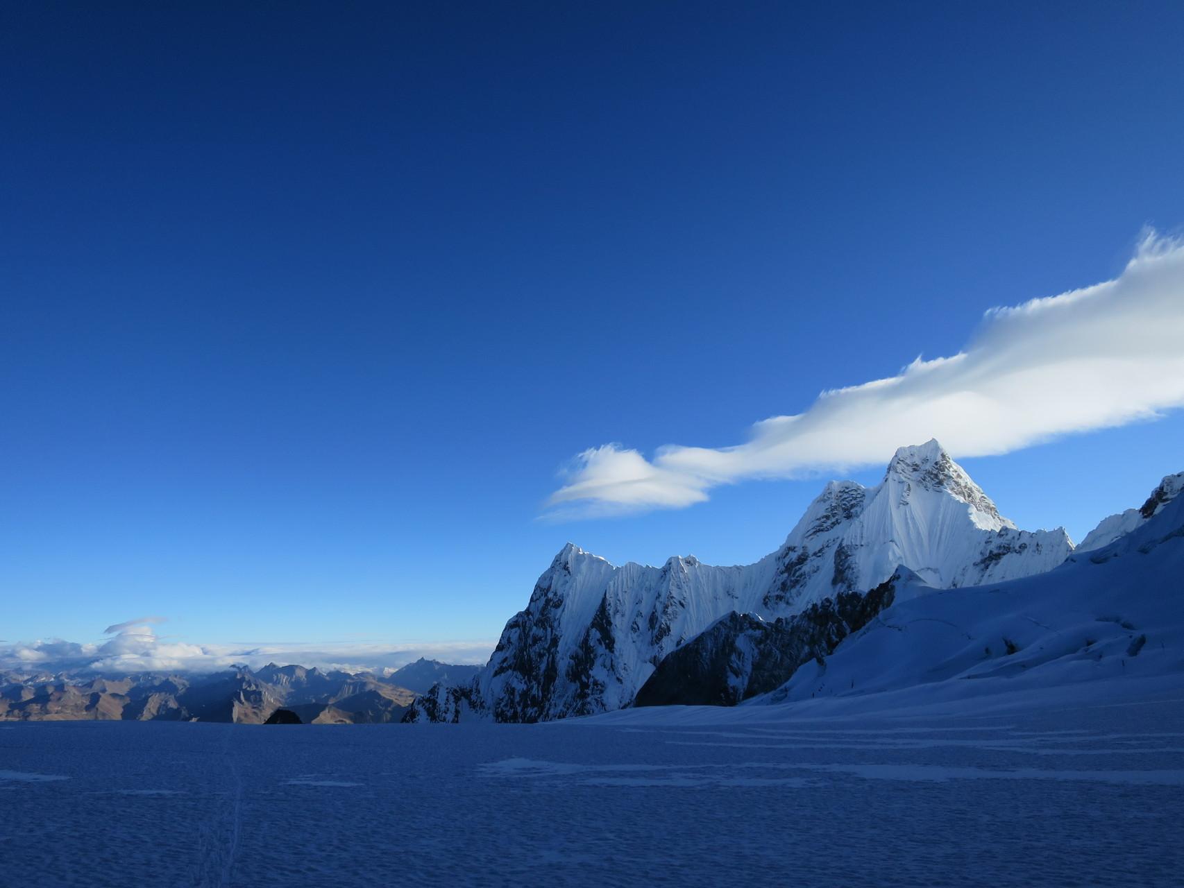 Am Morgen auf dem Yerupaja West-Glacier (im Hintergrund: Rondoy und Jirishinca)