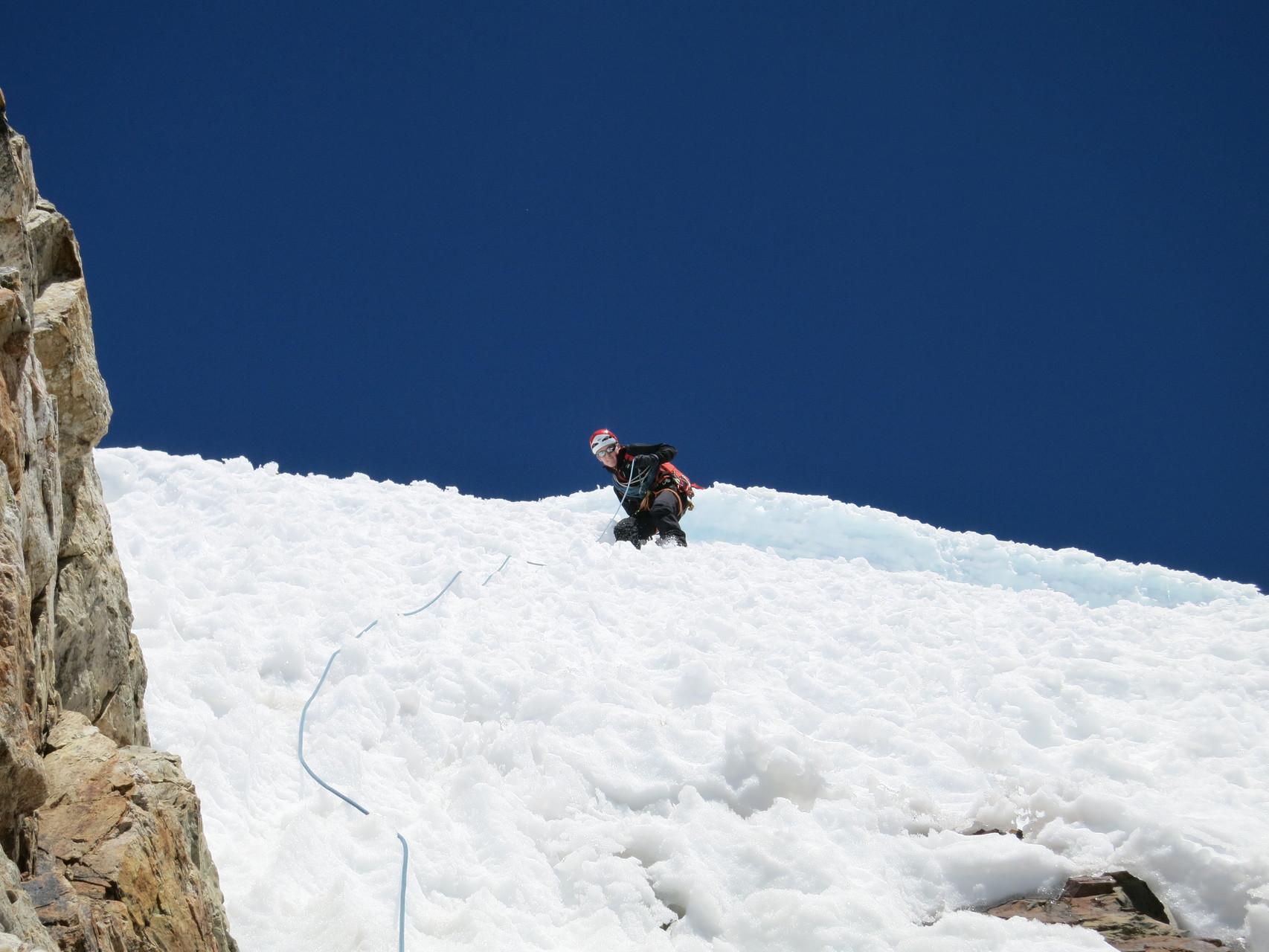 Auf dem Abstieg durchs Gipfelfirnfeld