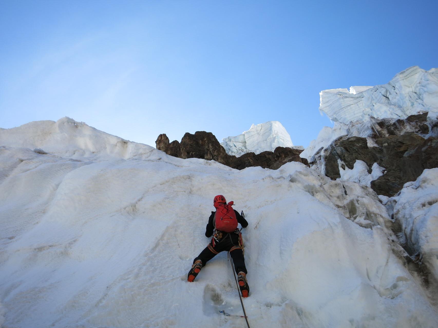 Nachdem wir eine riesige Spalte überklettern konnten, folgte steiles Eis den Spaltenrand hinauf