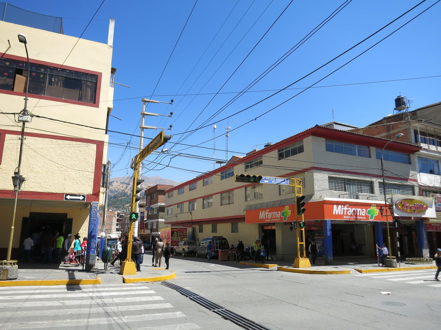 """Rechts im Bild der """"Trujillo"""" (ein lokaler Markt in dem wir fast alles kauften)"""