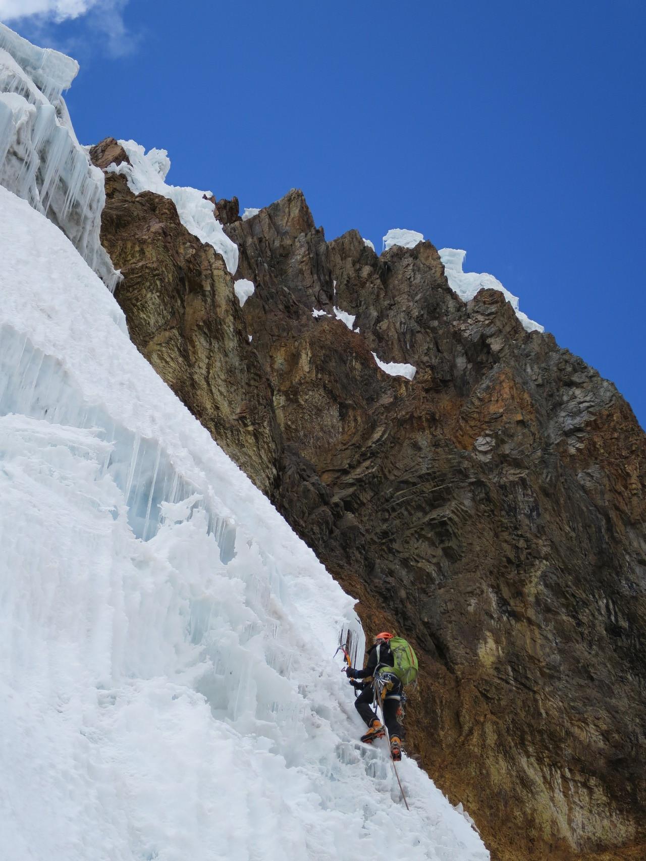 Damian überschreitet den Bergschrund