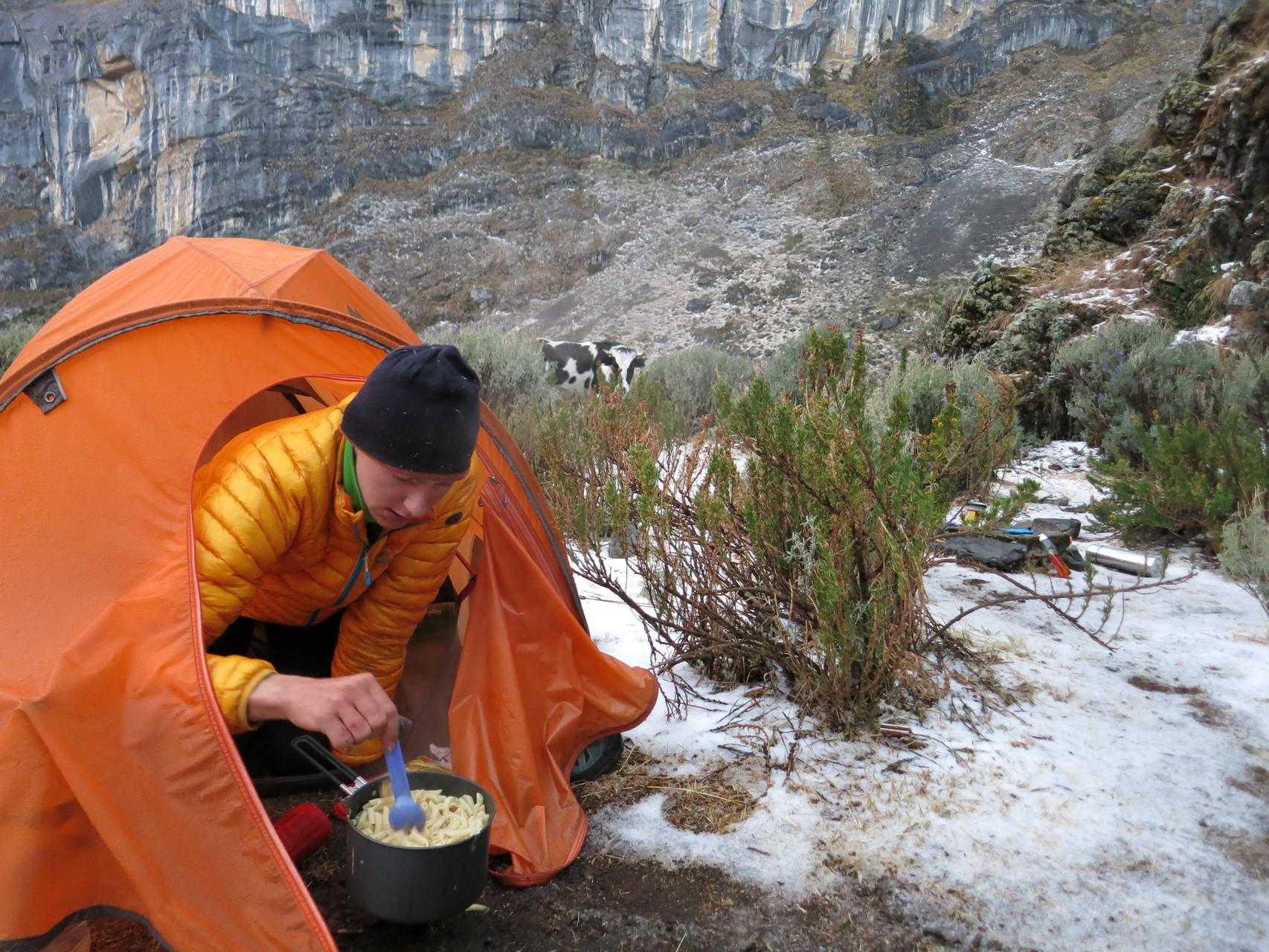 Just als wir im Camp ankommen, beginnt es zu schneien