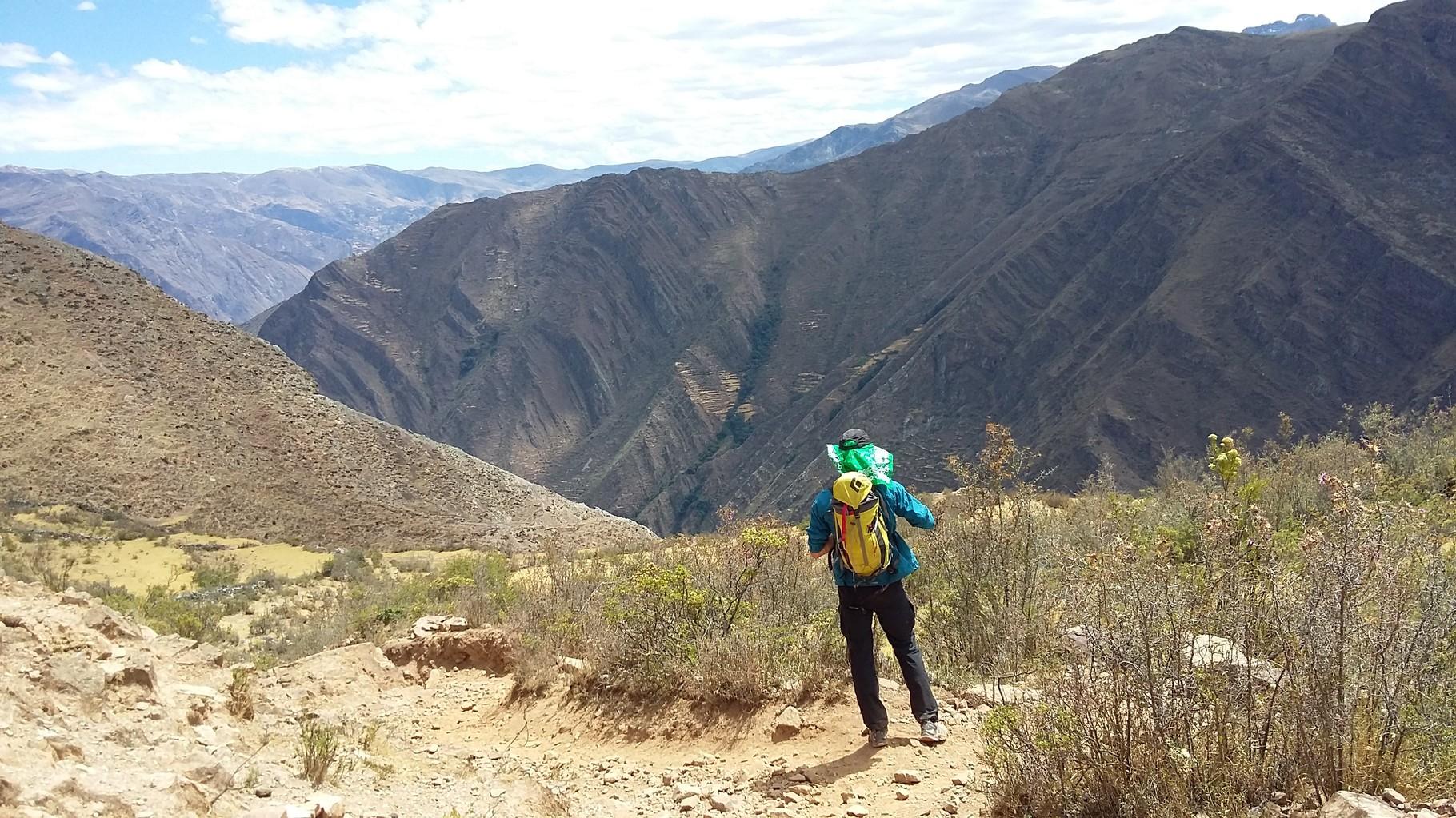 Damian schaut zurück ins Tal von Llamac