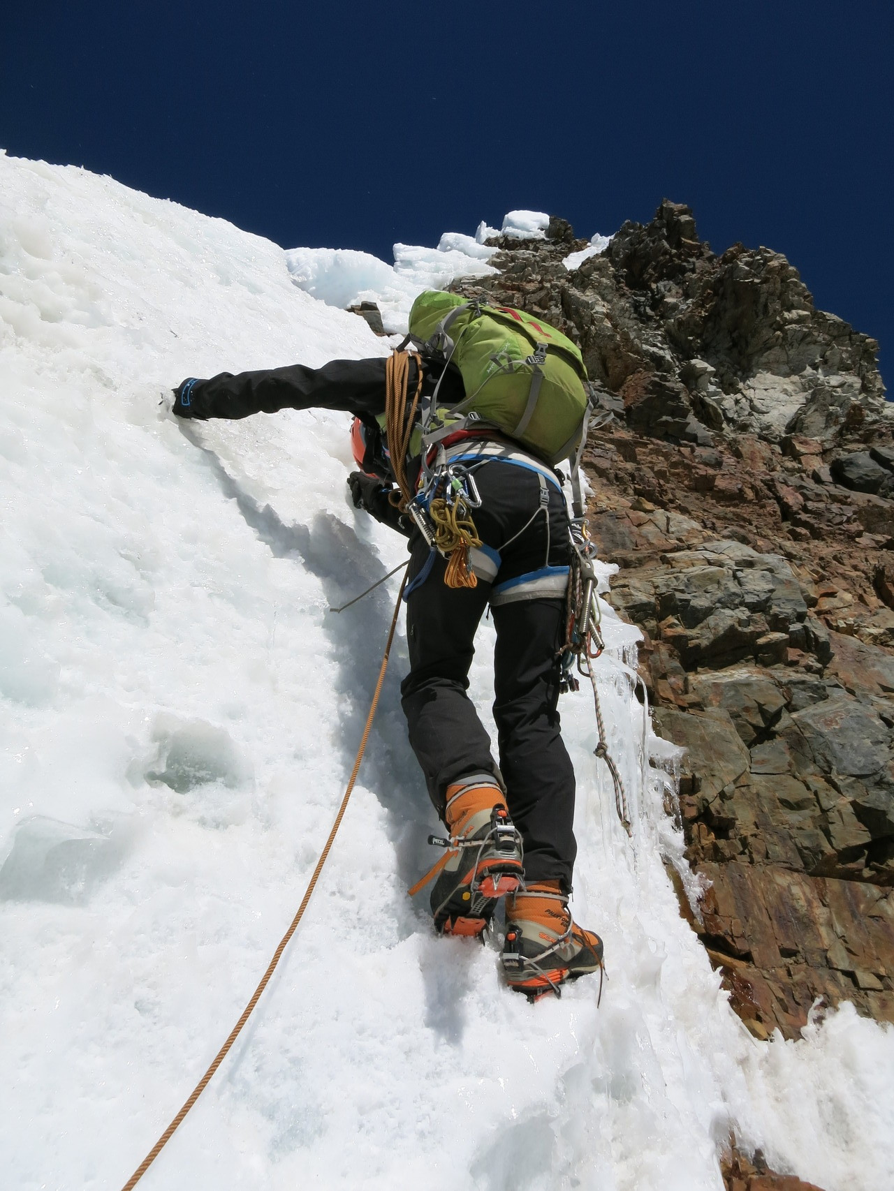 Damian klettert am Südostgrat des Rasac