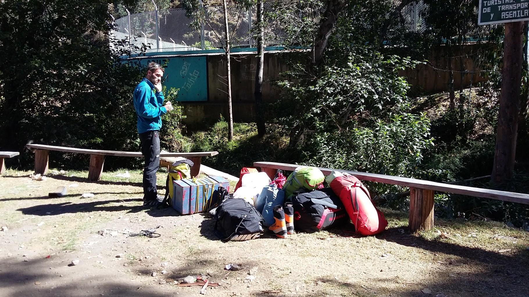 Damian mit all unserem Plunder in Llamac, beim warten auf Marquaz