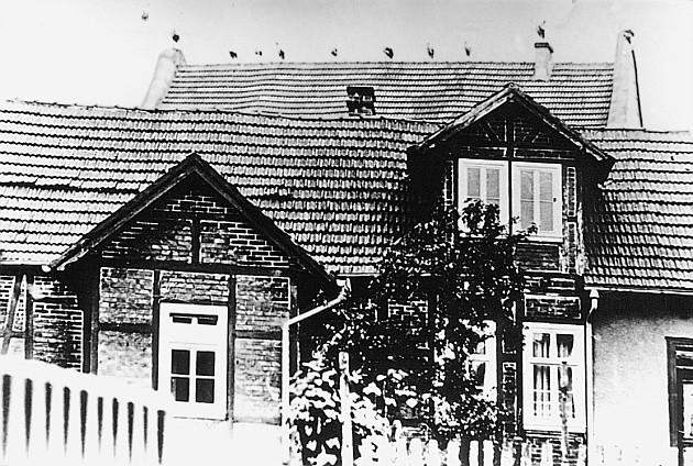 Ringstraße - Jüdische Volksschule, dahinter das Dach der Synagoge mit den Störchen