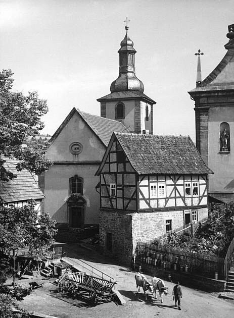 Torhaus zwischen den Kirchen in den 1930er Jahren, links die Schmiede