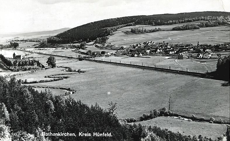 Rechts der Bahnlinie Rothenkirchen, links die Markuskapelle