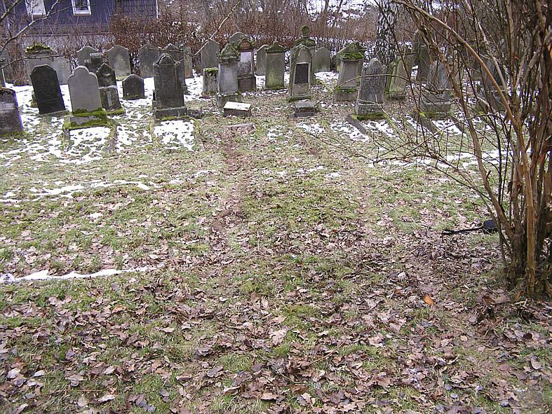 ... nimmt Kurs auf die Gräber ...