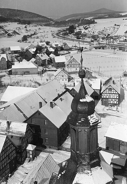 Blick vom Kirchturm der katholischen Kirche in die Stadtstraße