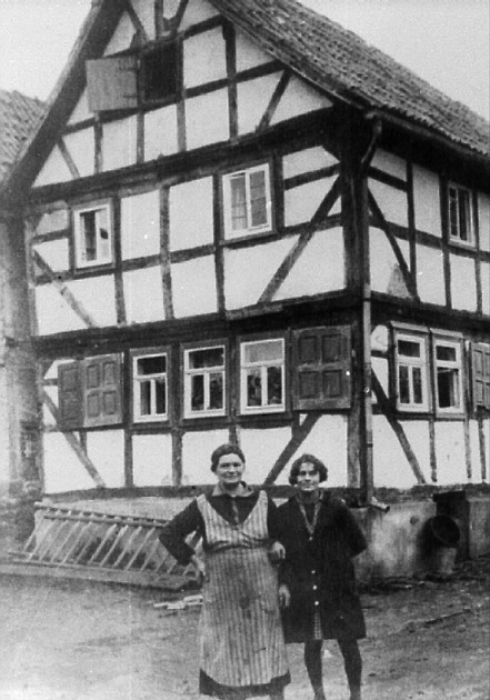 Haus Moses Braunschweiger (heute Müller) in der Ringstraße um 1932 mit Mathilde und Tochter Hanna Braunschweiger