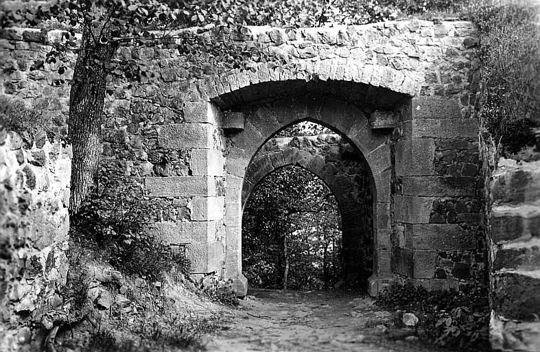 Eingangstor der Burg Hauneck von innen