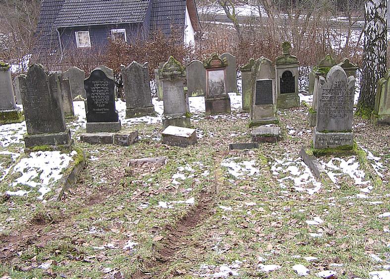 ... prallt gegen zwei Grabsteine und kommt zum Stehen ...