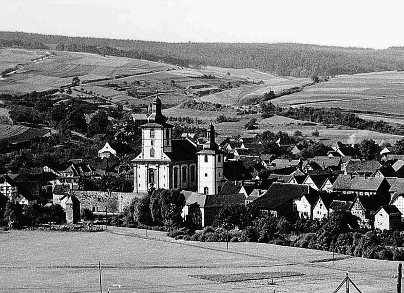 Gesamtansicht vor 1938 - links von den Kirchen im Hintergrund die Synagoge