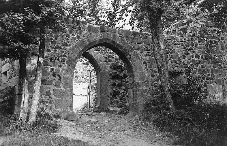 Eingangstor der Burg Hauneck auf dem Stoppelsberg