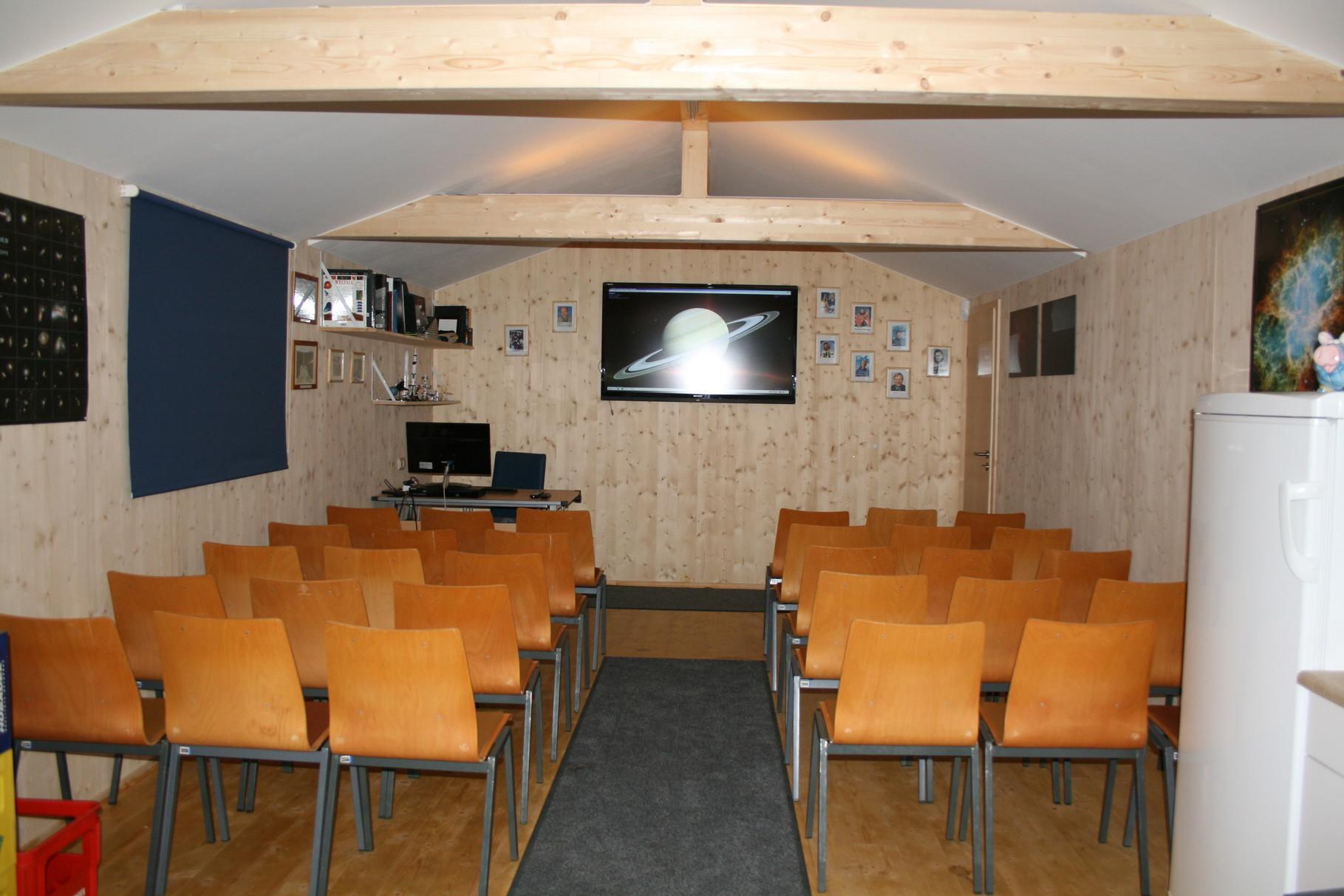 Vortragsraum mit Bestuhlung und 60 Zoll Flachbildschirm