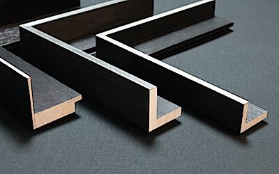 Schattenfugenrahmen Wien: Holz schwarz mit Silberkante