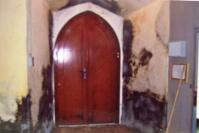 Eingangstür der Kirche vor der Renovierung
