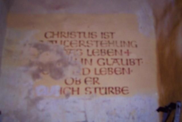 Inschriftreste im Turm - Eingangsbereich - vorher