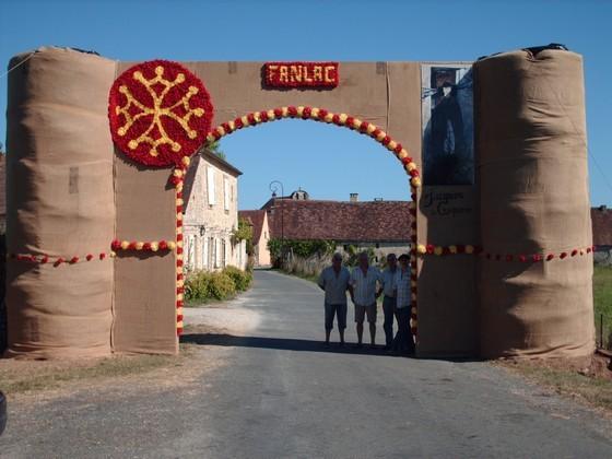 """2010 : La """"porte de Fanlac"""" préparée pour la Félibrée et reconstruite au bourg"""