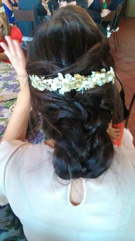 Carmen Mellado con peina de florecillas de tela blancas y doradas.