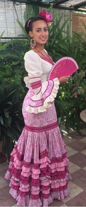 Aquí luce los pendientes a juego con el vestido realizado por Carmen Romero