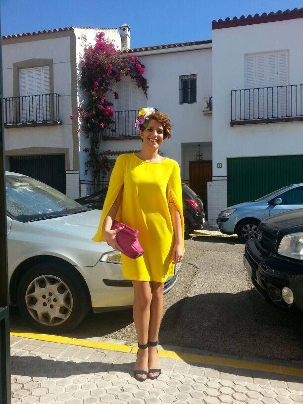 Lucía Zarza con el tocado de flores lista para acudir a la boda de una amigo.
