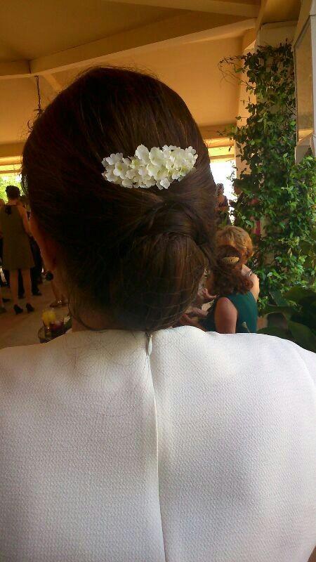 Sonia con peinecillo de florecillas blancas de tela.
