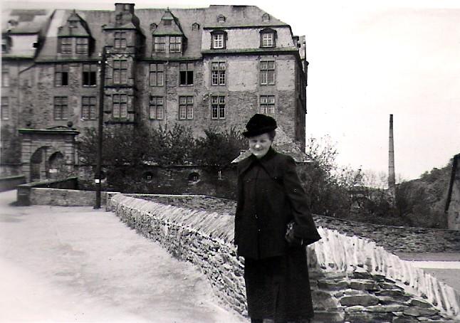 Vor dem Schloss 1951
