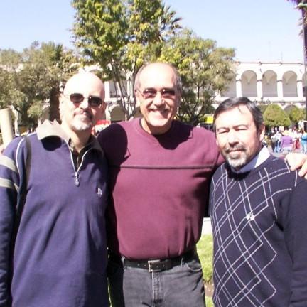 DE izquierda a derecha: Marcelo Coronel, Jim Bosse y Alejandro Dávila. Arequipa, Perú.