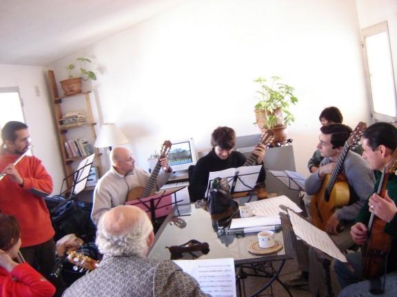Río Cuarto, en casa del guitarrista Adrián Rotger. Ensayo para el estreno de Milonga mafiosa.
