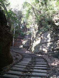 切り通しの階段を登ります