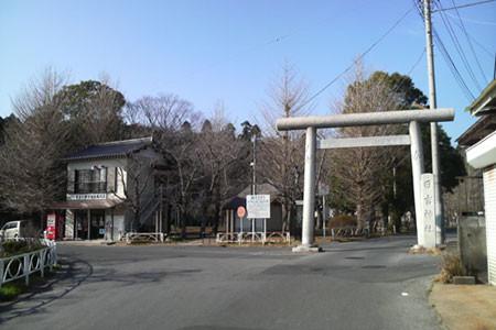左 観光案内所でお話を聞き    右 日吉神社鳥居