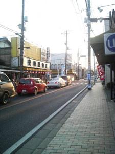 バス停を背に道路を見る