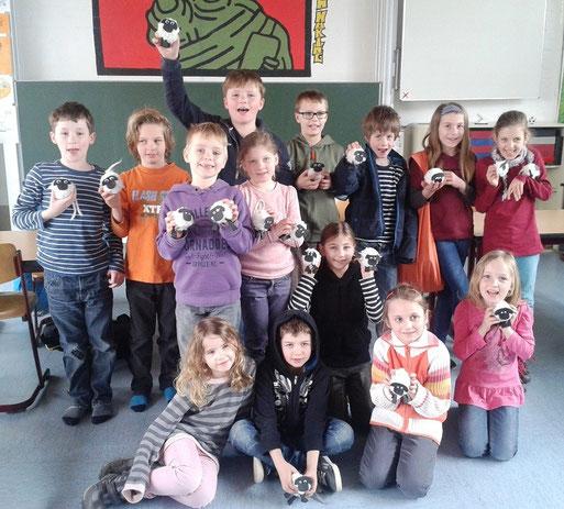 Schüler*innen mit Kuschelschafen (Foto: Sonja Kauffmann)