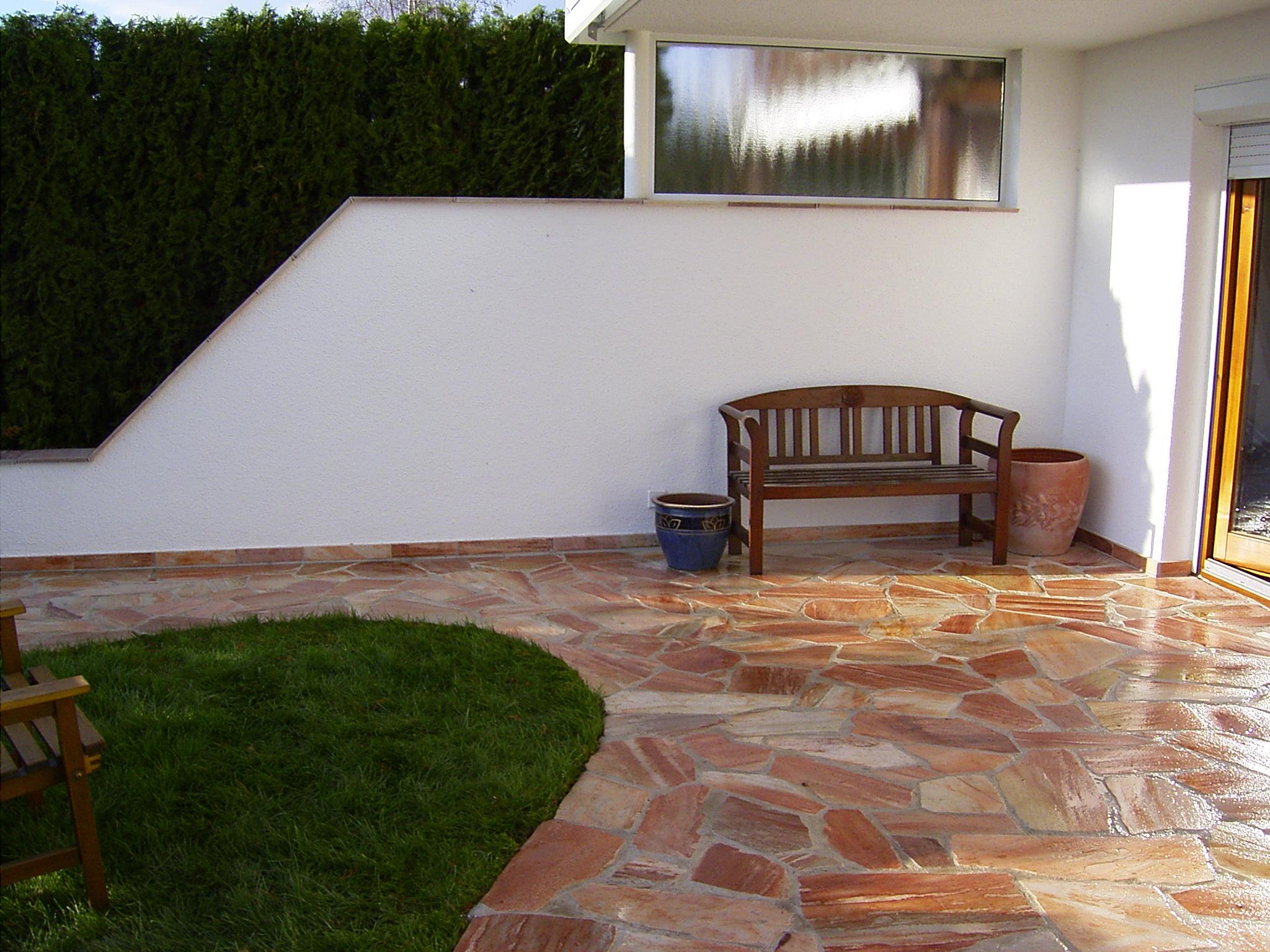 Terrasse aus Quarzit-Polygonalplatten